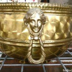 Antigüedades: IMPRESIONANTE Y ANTIGUO MACETERO DE LATON, ARGOLLAS CON ROSTRO. 21X16 CM. Lote 275785498