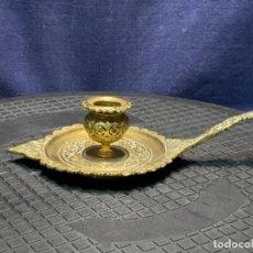 Antigüedades: PALMATORIA BRONCE PORTAVELAS DORADO S XIX 5X22X11CMS. Lote 275914668