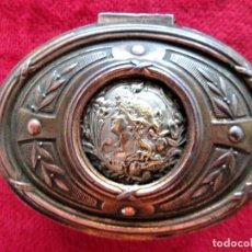 Antigüedades: JOYERO DE LATON Y COBRE CON MEDALLON PLATEADO CON DORADOS FORRADO EN RASO – DÉPOSÉ 291. Lote 275916748