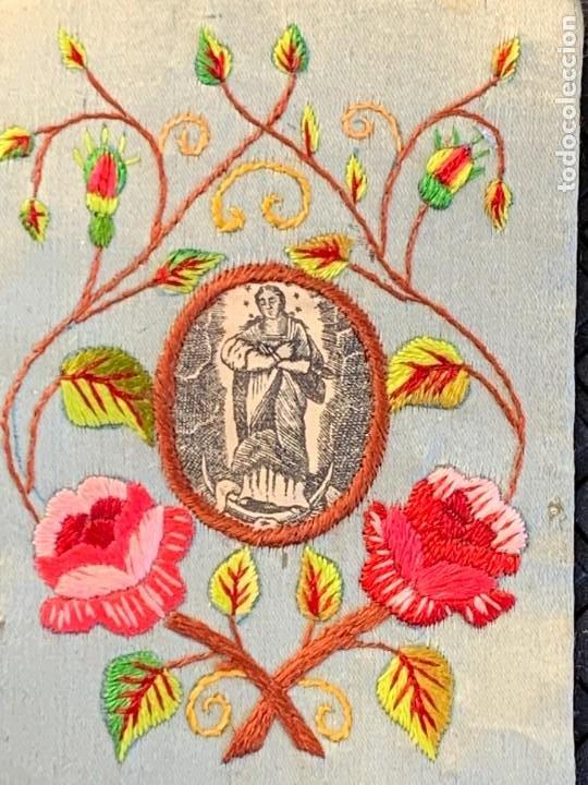 Antigüedades: ESCAPULARIO ANTIGUO TELA IMPRESA S XIX BORDADO FLORES VIRGEN INMACULADA 9,5X7CMS - Foto 2 - 275921678