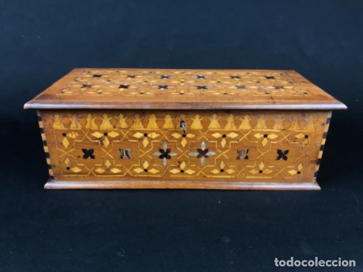 ANTIGUA CAJA O ARQUETA DE MADERA DE CEDRO Y TARACEAS DE LIMONCILLO Y MADRE PERLA PRIN SG XIX (Antigüedades - Muebles Antiguos - Bargueños Antiguos)