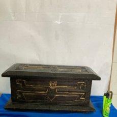 Antigüedades: ANTIGUA CAJA DE MADERA, DECORADA CON DORADOS. Lote 276009298