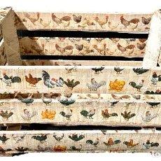Antigüedades: ANTIGUA CAJA DECORADA CON GALLINAS DE DIFERENTES CLASES, ÚNICA.. Lote 276035323