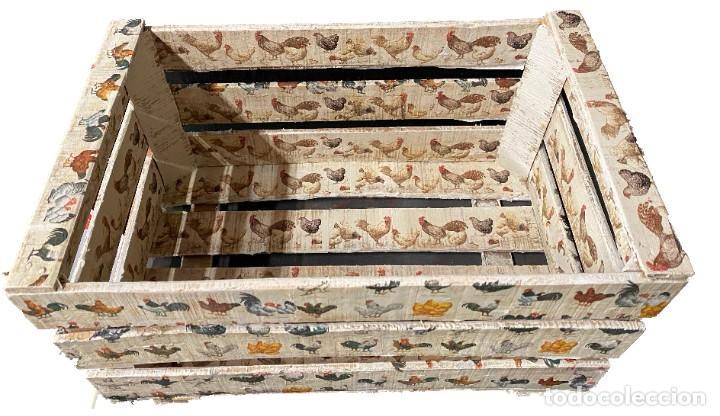Antigüedades: Antigua caja decorada con gallinas de diferentes clases, única. - Foto 2 - 276035323