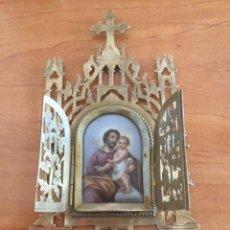 Antiguidades: ANTIGUO RELICARIO CAPILLA GÓTICA EN LATON, SAN JOSÉ Y EL NIÑO JESUS PORCELANA PINTADA. Lote 276063003