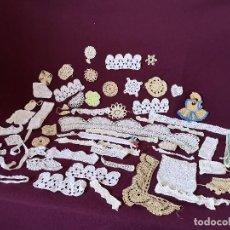 Antigüedades: GRAN LOTE DE UNAS 50 PIEZAS HECHAS A MANO CON GANCHILLO, TAPETES Y OTROS. Lote 276142698