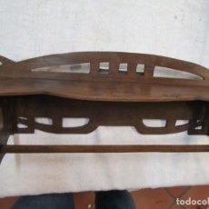 Antigüedades: ANTIGUA COLGADOR REPISA CALADA - CAOBILLA - ENCERADA, BIEN CONSERVADA 54CM 500GR + INFO. Lote 291848053