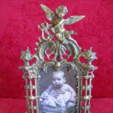 Antigüedades: PORTAFOTOS, MARCO PARA FOTOS EN BRONCE , PORTARETRATO REMATADO CON UN ANGELOTE. Lote 276185003