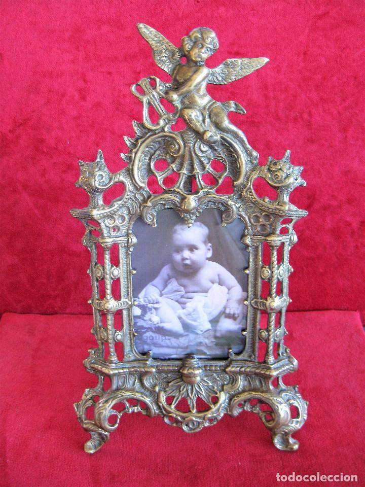 Antigüedades: PORTAFOTOS, MARCO PARA FOTOS EN BRONCE , PORTARETRATO REMATADO CON UN ANGELOTE - Foto 3 - 276185003