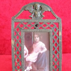 Antigüedades: PORTAFOTOS, MARCO PARA FOTOS EN BRONCE , PORTARETRATO REMATADO CON UN ANGELOTE. Lote 276185323