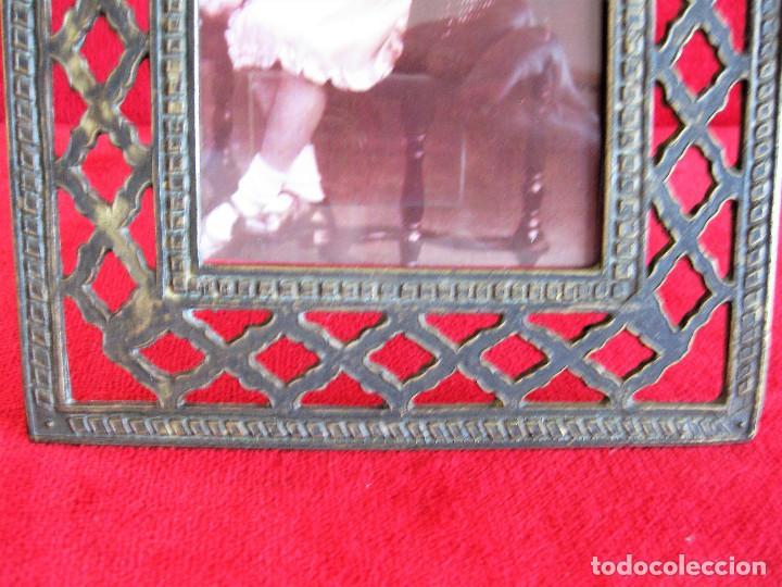 Antigüedades: PORTAFOTOS, MARCO PARA FOTOS EN BRONCE , PORTARETRATO REMATADO CON UN ANGELOTE - Foto 5 - 276185323