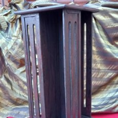 Antigüedades: MUEBLE LIBRERIA REVOLVING EN MADERA Y BASE GIRATORIA METALICA.. Lote 276195433