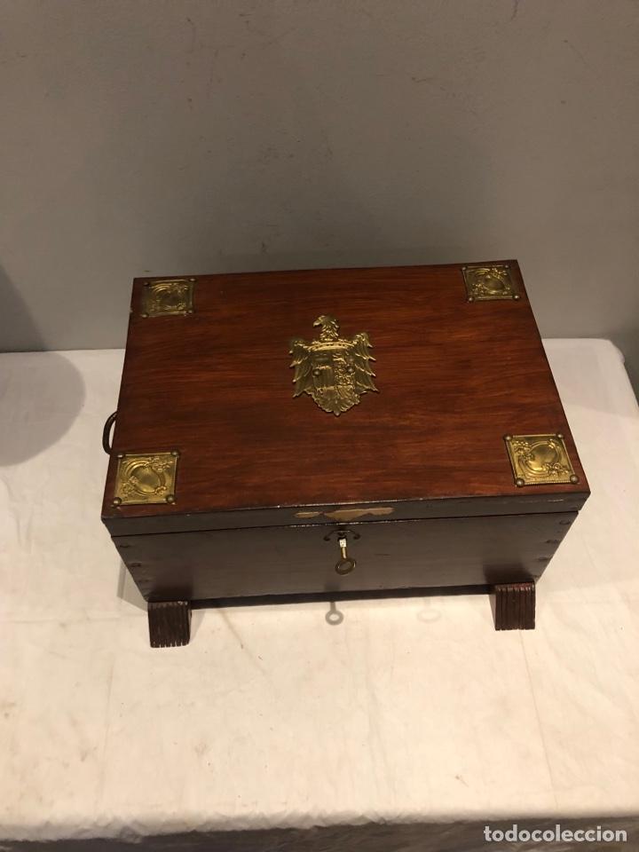 Antigüedades: Antiguo baúl o caja madera antigua decorada con insignia republicana espano suiza y escudo militar . - Foto 4 - 276211798