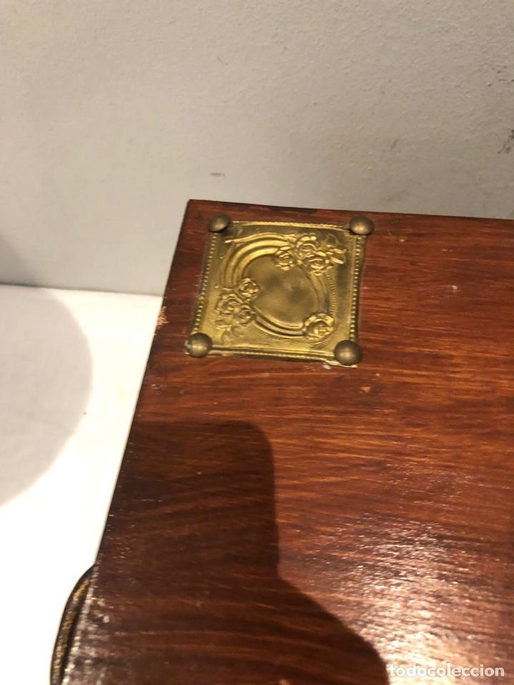 Antigüedades: Antiguo baúl o caja madera antigua decorada con insignia republicana espano suiza y escudo militar . - Foto 15 - 276211798