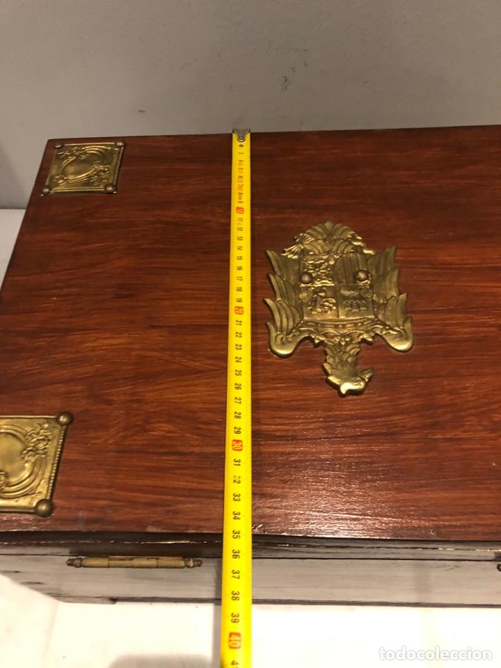 Antigüedades: Antiguo baúl o caja madera antigua decorada con insignia republicana espano suiza y escudo militar . - Foto 20 - 276211798