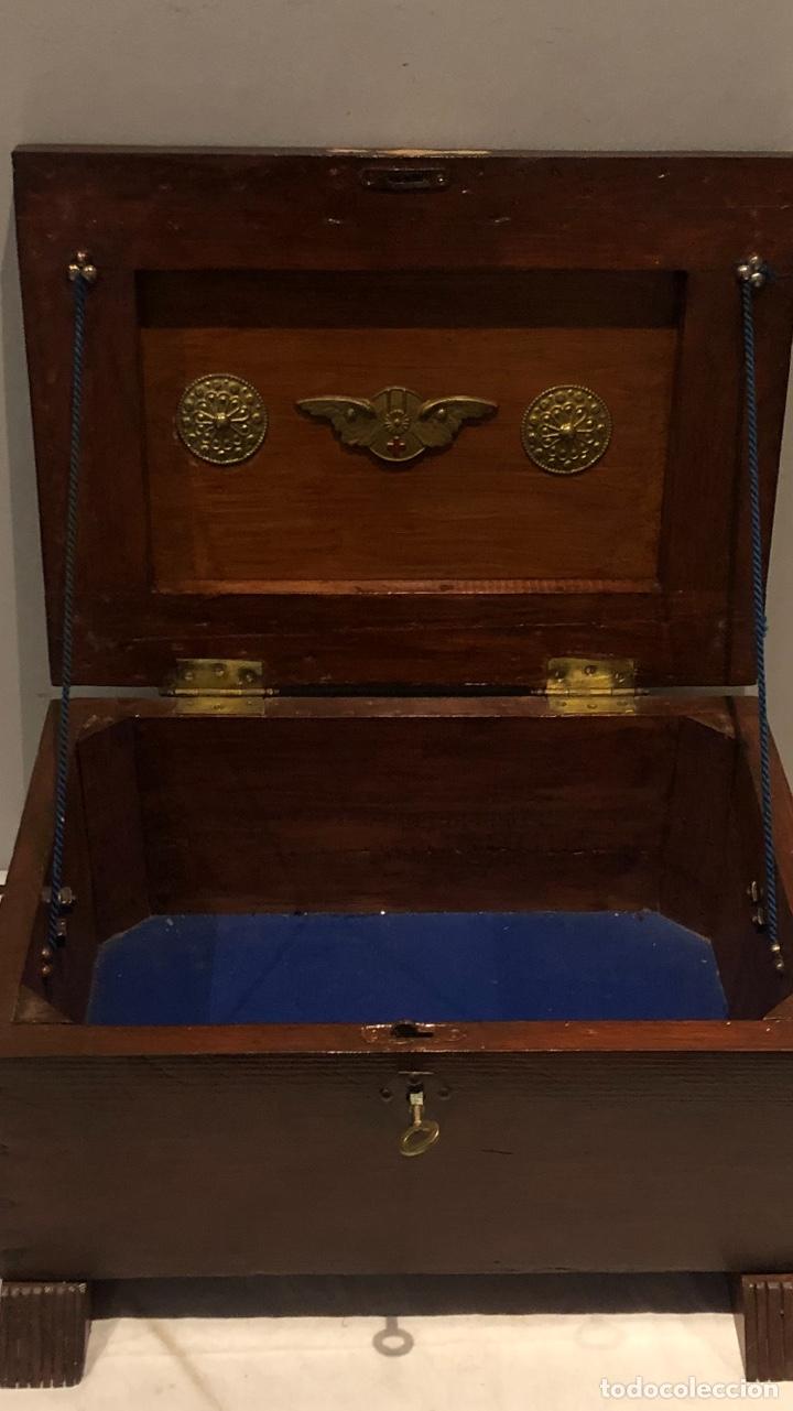 Antigüedades: Antiguo baúl o caja madera antigua decorada con insignia republicana espano suiza y escudo militar . - Foto 2 - 276211798