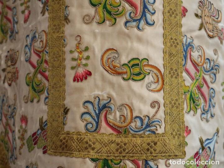 Antigüedades: Singular casulla de origen chino o filipino en seda bordada. Siglo XVIII. - Foto 8 - 276221758