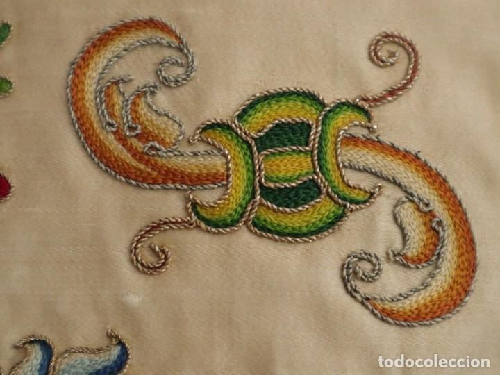 Antigüedades: Singular casulla de origen chino o filipino en seda bordada. Siglo XVIII. - Foto 13 - 276221758