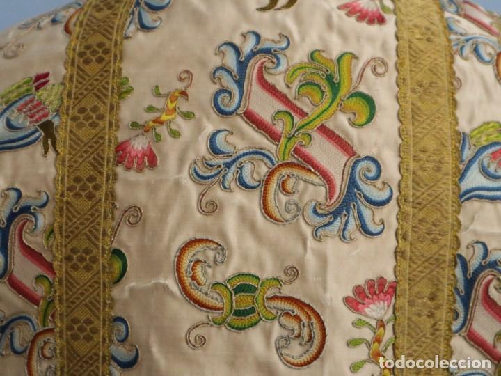 Antigüedades: Singular casulla de origen chino o filipino en seda bordada. Siglo XVIII. - Foto 27 - 276221758