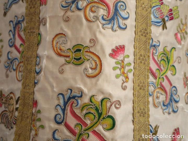 Antigüedades: Singular casulla de origen chino o filipino en seda bordada. Siglo XVIII. - Foto 32 - 276221758