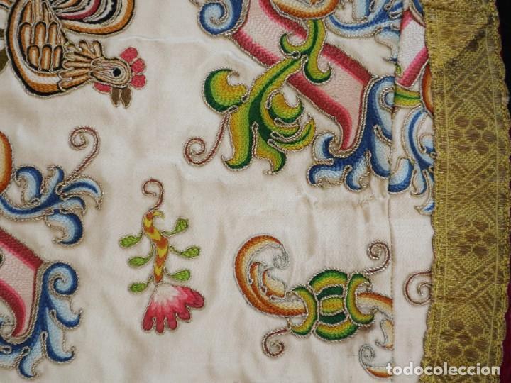 Antigüedades: Singular casulla de origen chino o filipino en seda bordada. Siglo XVIII. - Foto 37 - 276221758