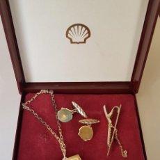 Antigüedades: ROYAL DUTCH SHELL ESTUCHE GEMELOS PINZA CORBATA Y LLAVERO EN PLATA 935/1000. Lote 276256943