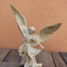 Antigüedades: FIGURA REPRESENTACIÓN ARCANGEL CONTRA DEMONIO. Lote 276256988