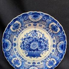 Antiquités: PLATO DE FLORES SELLADO EN PARTE TRASERA DELFT. Lote 276299868