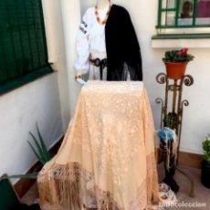 Antigüedades: ESPECTACULAR MANTÓN DE MANILA EN SEDA NATURAL BORDADO A MANO. Lote 276316978