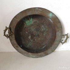 Antiquités: ANTIGUO BRASERO DE COBRE DEL S. XIX, ASAS DE BRONCE, GRAN FORMATO, MUY DECORATIVO, UNOS 52 CMS.. Lote 276317018