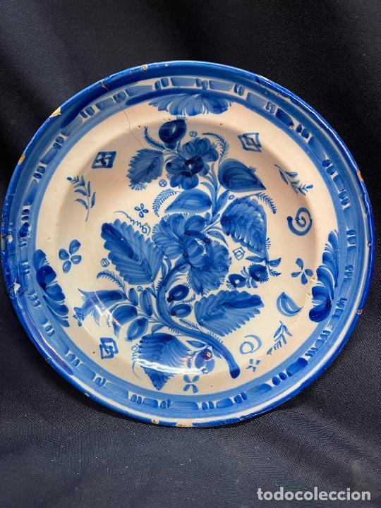 PLATO DE MANISES CON FLORES TIENE UN PELO RESEÑADO EN FOTO (Antigüedades - Porcelanas y Cerámicas - Manises)