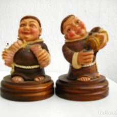 Antigüedades: PAREJA DE FIGURAS FRAILES ( RESINA BASE MADERA ) 10 CTMS. Lote 276399403