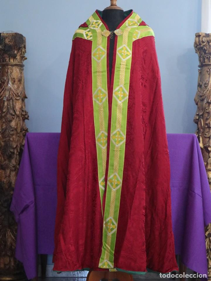 Antigüedades: Capa pluvial de corte moderno, confeccionada en seda con motivos religiosos. Años 60. - Foto 2 - 276409433