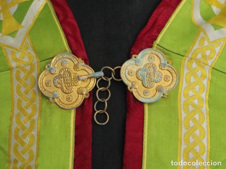 Antigüedades: Capa pluvial de corte moderno, confeccionada en seda con motivos religiosos. Años 60. - Foto 3 - 276409433
