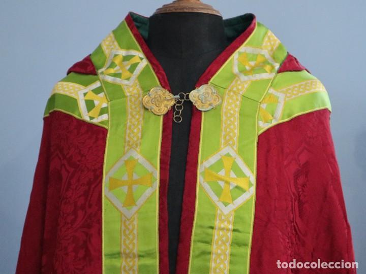 Antigüedades: Capa pluvial de corte moderno, confeccionada en seda con motivos religiosos. Años 60. - Foto 4 - 276409433
