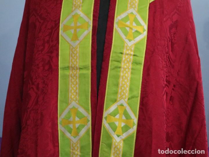 Antigüedades: Capa pluvial de corte moderno, confeccionada en seda con motivos religiosos. Años 60. - Foto 5 - 276409433