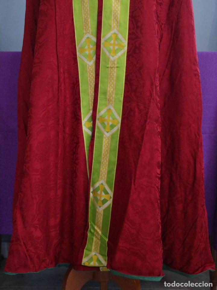 Antigüedades: Capa pluvial de corte moderno, confeccionada en seda con motivos religiosos. Años 60. - Foto 6 - 276409433