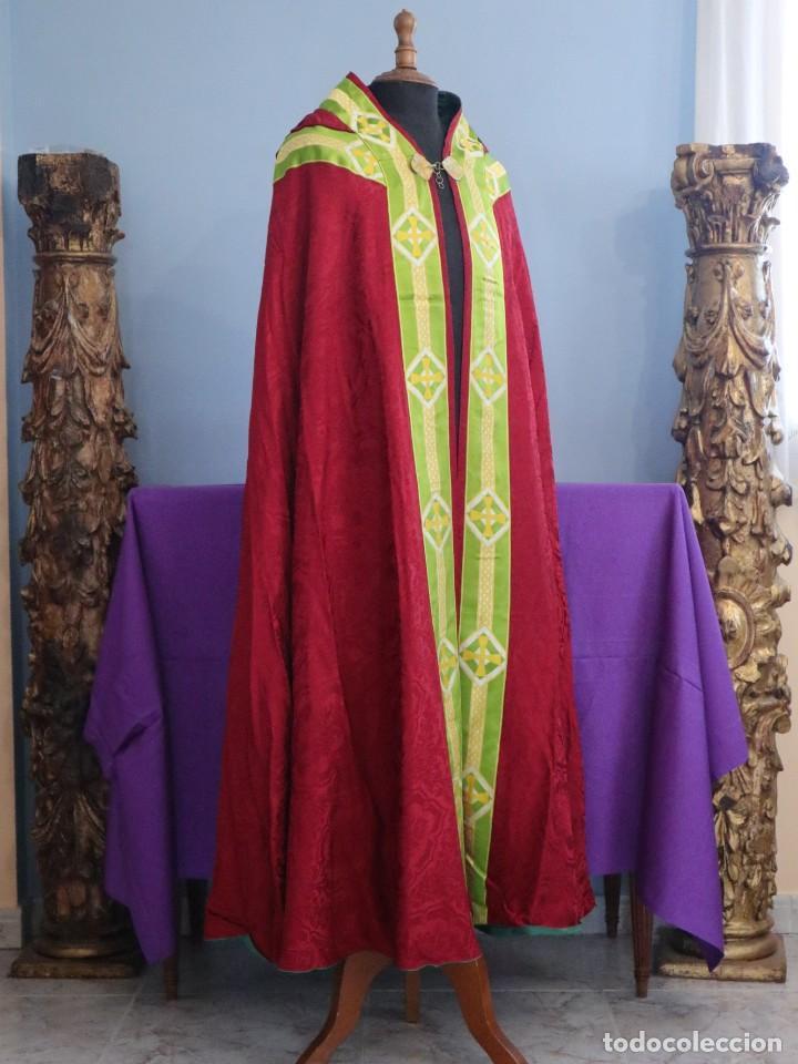 Antigüedades: Capa pluvial de corte moderno, confeccionada en seda con motivos religiosos. Años 60. - Foto 7 - 276409433