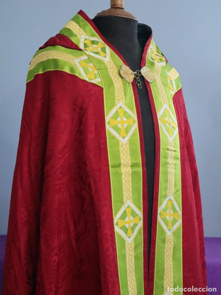 Antigüedades: Capa pluvial de corte moderno, confeccionada en seda con motivos religiosos. Años 60. - Foto 8 - 276409433