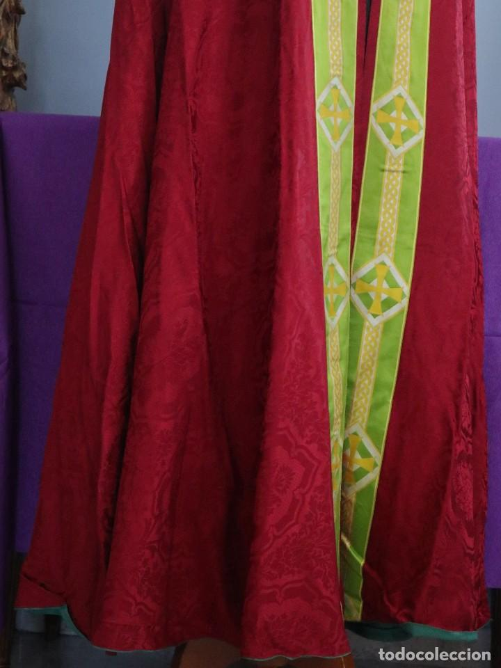 Antigüedades: Capa pluvial de corte moderno, confeccionada en seda con motivos religiosos. Años 60. - Foto 9 - 276409433