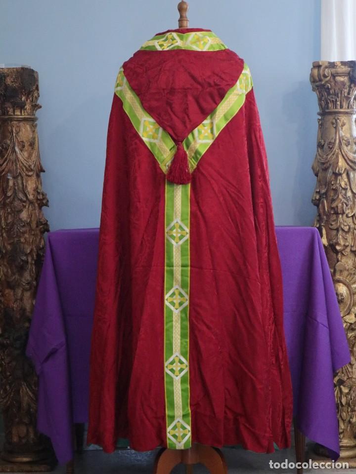 Antigüedades: Capa pluvial de corte moderno, confeccionada en seda con motivos religiosos. Años 60. - Foto 10 - 276409433