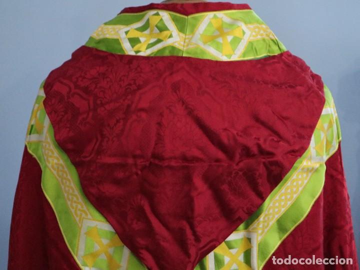 Antigüedades: Capa pluvial de corte moderno, confeccionada en seda con motivos religiosos. Años 60. - Foto 11 - 276409433
