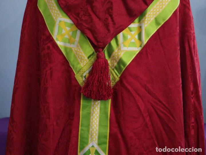 Antigüedades: Capa pluvial de corte moderno, confeccionada en seda con motivos religiosos. Años 60. - Foto 12 - 276409433
