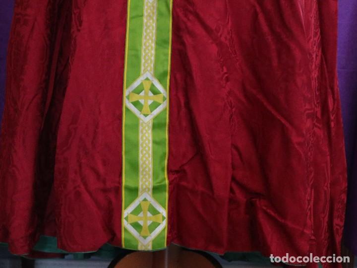 Antigüedades: Capa pluvial de corte moderno, confeccionada en seda con motivos religiosos. Años 60. - Foto 13 - 276409433