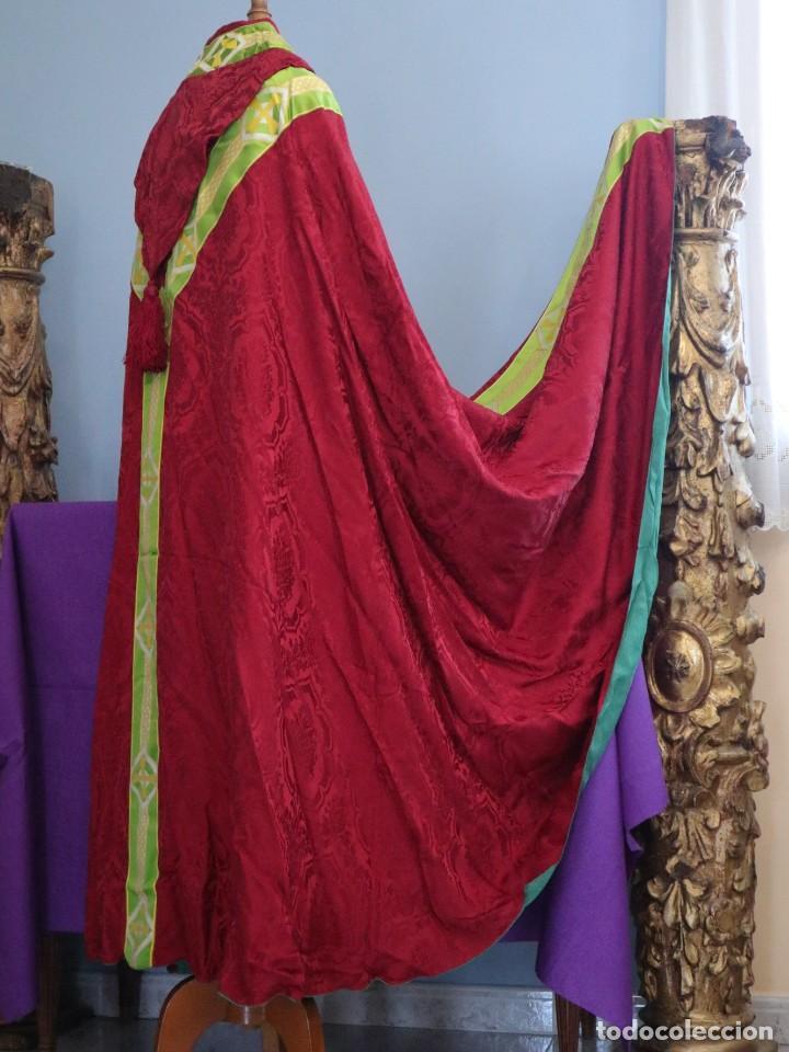 Antigüedades: Capa pluvial de corte moderno, confeccionada en seda con motivos religiosos. Años 60. - Foto 14 - 276409433