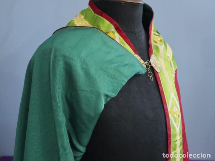 Antigüedades: Capa pluvial de corte moderno, confeccionada en seda con motivos religiosos. Años 60. - Foto 16 - 276409433
