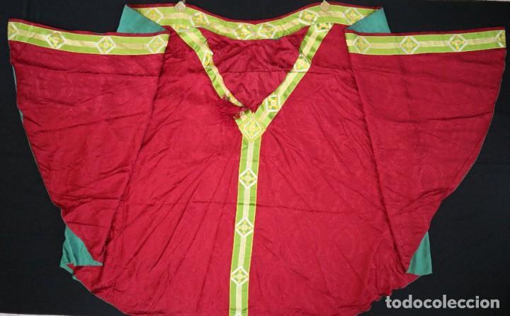 Antigüedades: Capa pluvial de corte moderno, confeccionada en seda con motivos religiosos. Años 60. - Foto 17 - 276409433