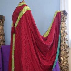 Antigüedades: CAPA PLUVIAL DE CORTE MODERNO, CONFECCIONADA EN SEDA CON MOTIVOS RELIGIOSOS. AÑOS 60.. Lote 276409433