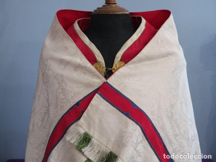 Antigüedades: Capa pluvial de seda en corte moderno acompañada de humeral. Años 60. - Foto 2 - 276410408