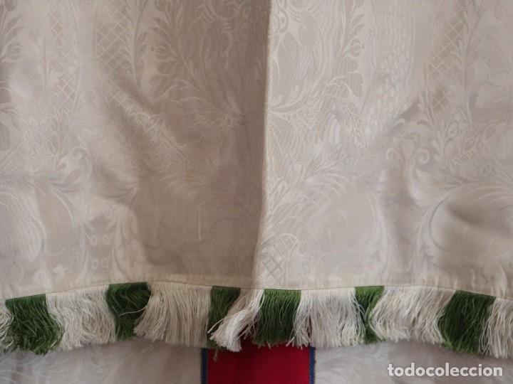 Antigüedades: Capa pluvial de seda en corte moderno acompañada de humeral. Años 60. - Foto 7 - 276410408